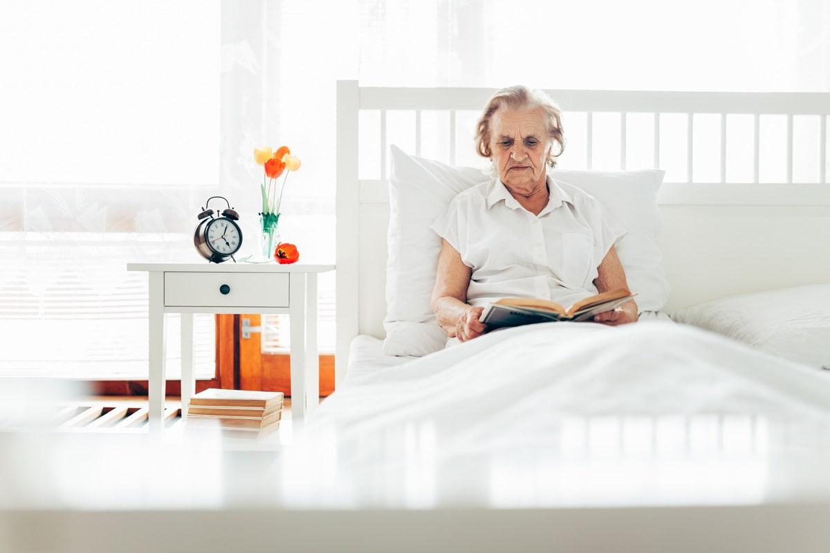 чтение литературы пожилым